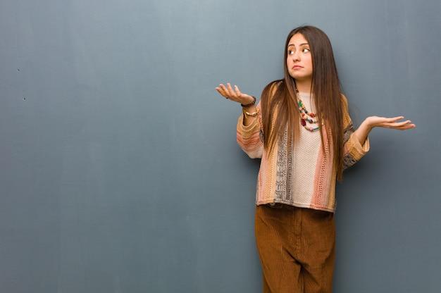 Jeune femme hippie confuse et douteuse Photo Premium