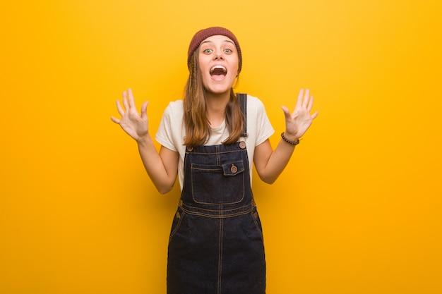 Jeune femme hipster célébrant une victoire ou un succès Photo Premium