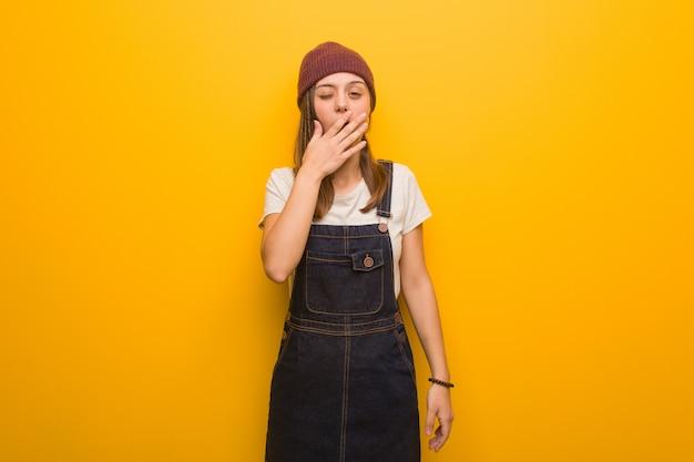 Jeune femme hipster fatiguée et très fatiguée Photo Premium