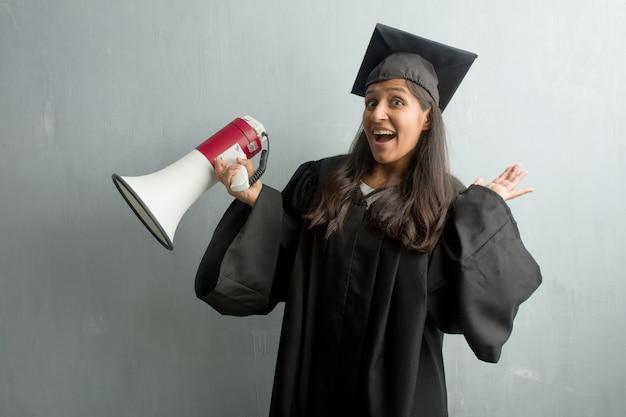 Jeune femme indienne diplômée contre un mur fou et désespéré, criant hors de contrôle Photo Premium
