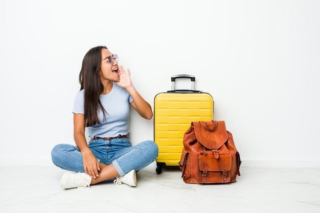 Jeune Femme Indienne Métisse Prête à Partir En Voyage En Criant Et En Tenant La Paume Près De La Bouche Ouverte. Photo Premium
