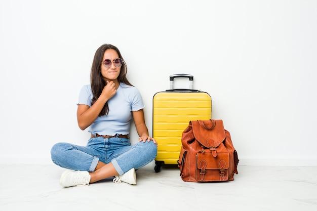 Jeune Femme Indienne Métisse Prête à Partir En Voyage Souffre De Douleurs Dans La Gorge En Raison D'un Virus Ou D'une Infection. Photo Premium