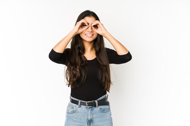 Jeune Femme Indienne Montrant Bien Signe Sur Les Yeux Photo Premium