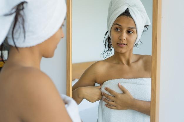 Jeune femme indienne en serviette Photo Premium