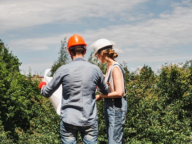 Jeune femme ingénieur et son ouvrier subalterne Photo Premium