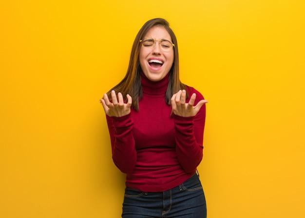Jeune femme intellectuelle très effrayée et effrayée Photo Premium
