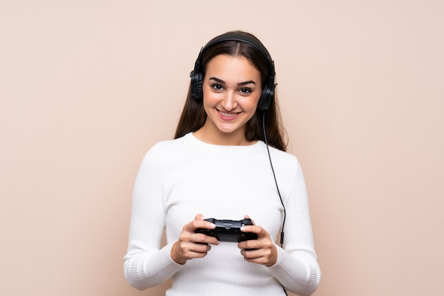 Jeune femme, sur, isolé, jouer, à, jeux vidéo Photo Premium