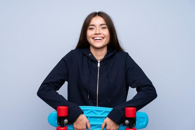 Jeune femme sur isolé avec skate Photo Premium