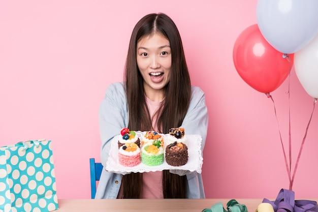 Jeune Femme Japonaise Prépare Une Fête D'anniversaire Photo Premium