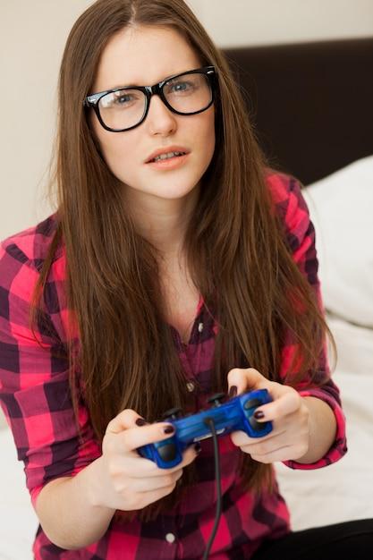 Jeune femme en jeu vidéo occasionnel Photo gratuit