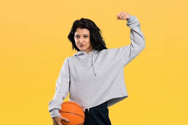 Jeune femme jouant au basket et célébrant une victoire Photo Premium