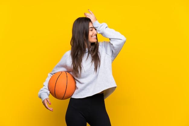 Jeune femme jouant au basket a réalisé quelque chose et a l'intention de la solution Photo Premium