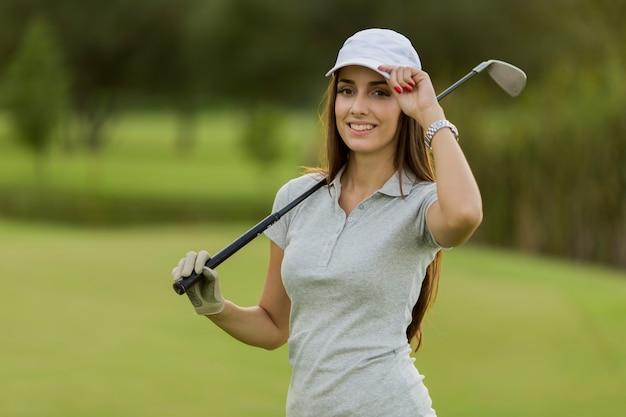 Jeune femme jouant au golf Photo Premium