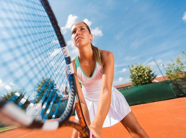 Jeune femme jouant au tennis Photo Premium