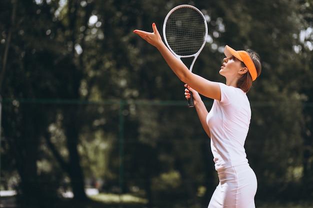 Jeune femme joueuse de tennis sur le court Photo gratuit