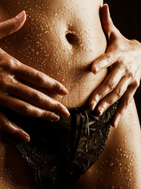 Jeune femme en lingerie noire Photo Premium