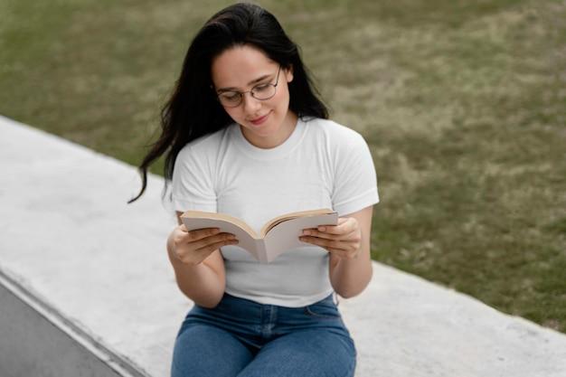 Jeune Femme Lisant Un Livre Intéressant Photo gratuit