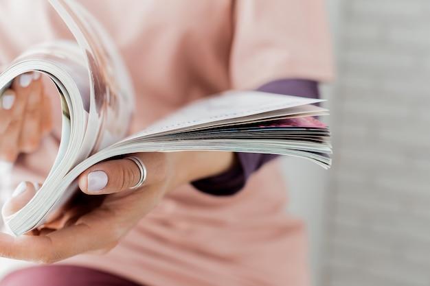 Jeune femme avec un livret avec des pages blanches Photo Premium
