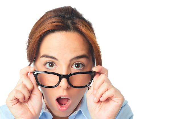 Jeune femme avec des lunettes noires air surpris Photo gratuit