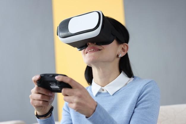 Jeune Femme à Lunettes De Réalité Virtuelle Tenant Le Joystick. Concept De Dépendance Au Jeu Photo Premium