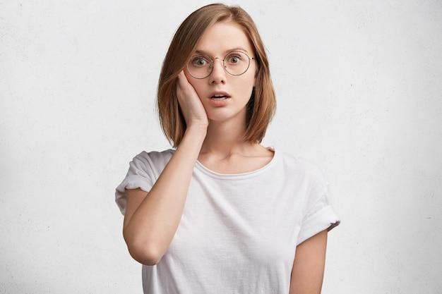Jeune Femme, à, Lunettes Rondes, Et, T-shirt Blanc Photo gratuit