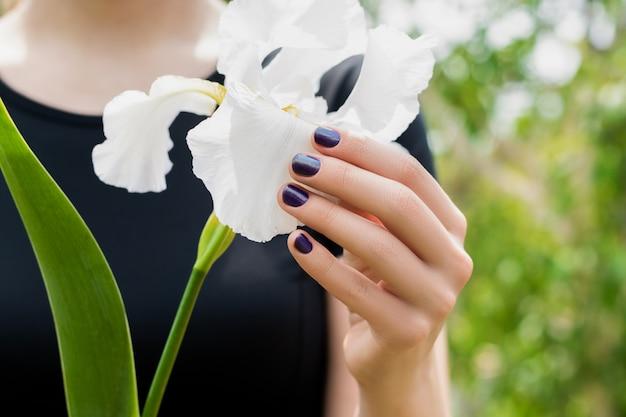 Jeune Femme, Main, à, Beau, Pourpre, Nail Art, Conception, Tenue, Blanc, Iris, Fleur, Dans, Printemps, Jardin Photo gratuit