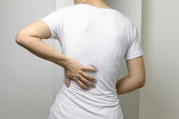 Jeune femme avec mal de dos. Photo Premium