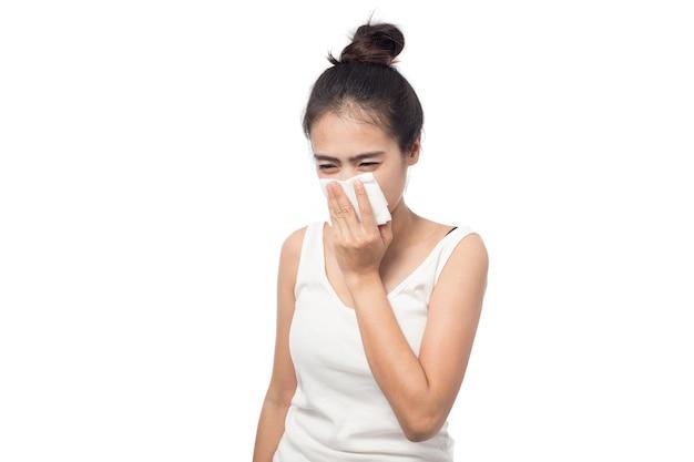Jeune Femme Malade Ayant Des Allergies Et Des éternuements Dans Les Tissus Isolés Photo Premium