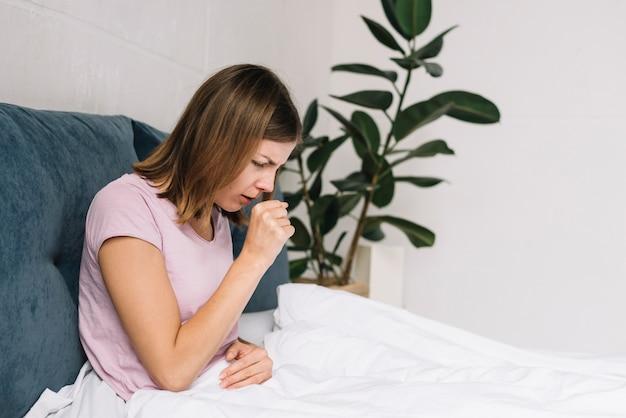 Jeune femme malade ayant une toux Photo gratuit