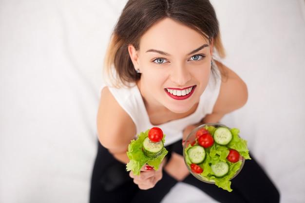 Jeune Femme Mangeant Une Salade Saine Après L'entraînement Photo Premium