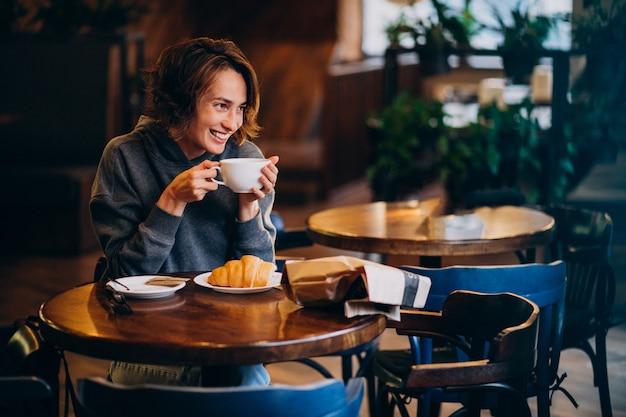 Jeune, Femme, Manger, Croissants, Café Photo gratuit