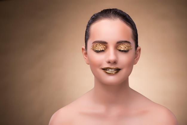 Jeune femme avec un maquillage élégant Photo Premium