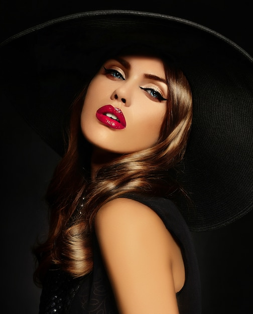 Jeune Femme Avec Maquillage Lumineux Et Chapeau Noir Photo gratuit