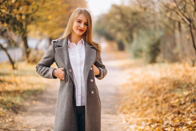 Jeune femme marchant dans le parc Photo gratuit