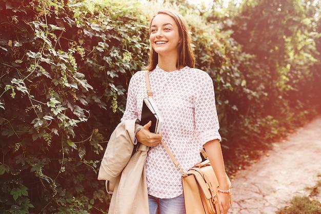 Jeune femme marchant dans la ville Photo gratuit
