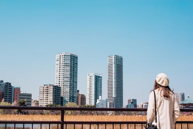 Jeune femme marchant dans la ville Photo Premium