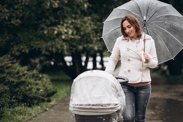Jeune, Femme, Marche, Bébé, Landau, Parapluie, Mauvais Temps Photo gratuit
