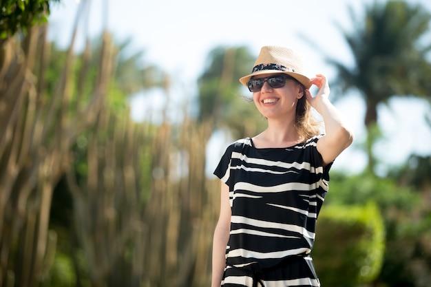 Jeune, femme, marche, tropicale, station, rue Photo gratuit