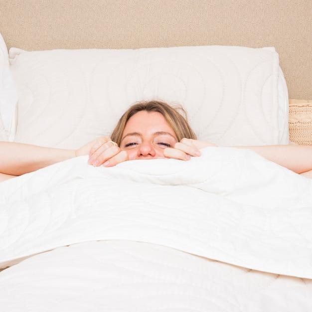 Jeune femme, marcher lit Photo gratuit