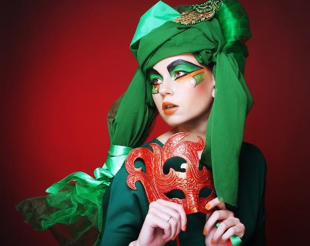 Jeune femme avec un masque Photo Premium