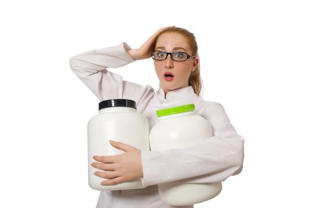 Jeune femme médecin tenant le pot de protéines isolé sur blanc Photo Premium
