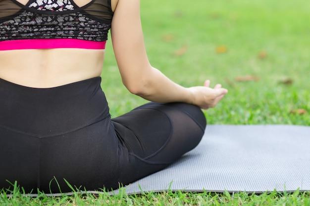 Jeune femme méditant dans la nature Photo Premium