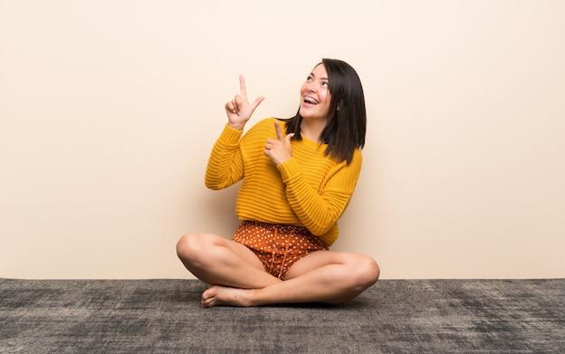 Jeune femme mexicaine montrant avec l'index une excellente idée Photo Premium