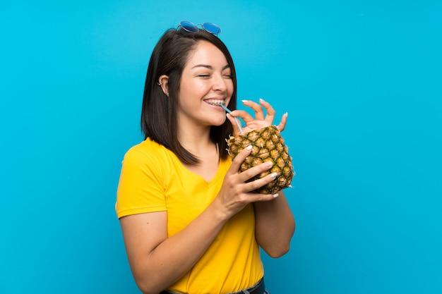 Jeune femme mexicaine sur un mur bleu isolé Photo Premium