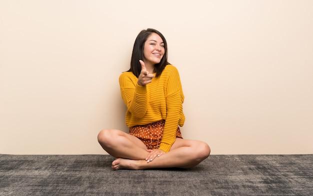 Jeune femme mexicaine pointe le doigt vers vous Photo Premium