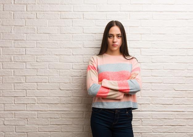 Jeune femme moderne, bras croisés, détendu Photo Premium