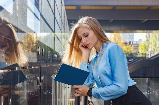 Jeune femme moderne dans une grande ville Photo Premium