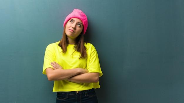 Jeune femme moderne fatiguée et ennuyée Photo Premium