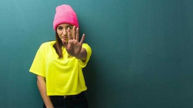 Jeune femme moderne, mettant la main devant Photo Premium