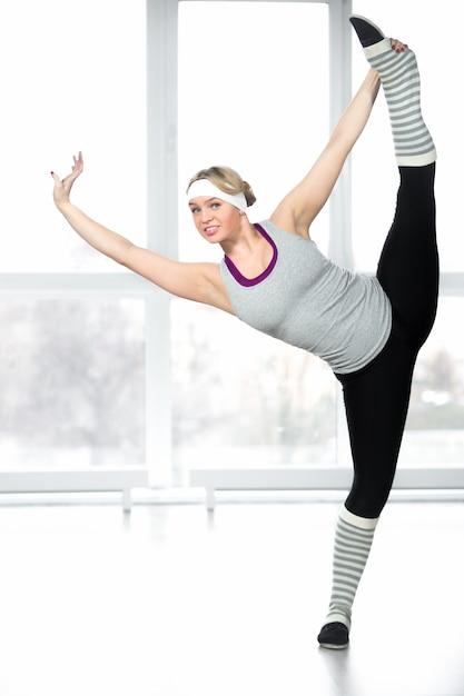 Jeune femme montrant son équilibre Photo gratuit